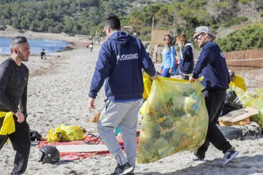 Los voluntarios trabajaron durante más de dos horas recogiendo basura