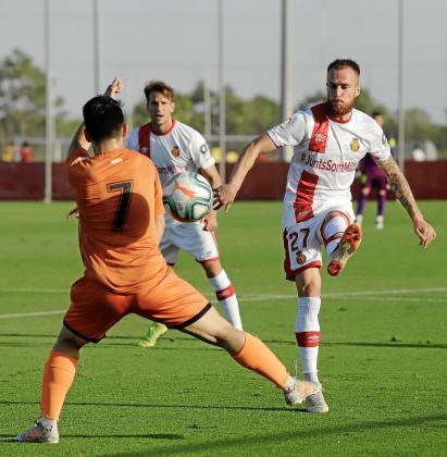 Pierre Cornud pasa el balón durante un partido de pretemporada entre el Mallorca y el Platges de Calvià celebrado el pasado verano.