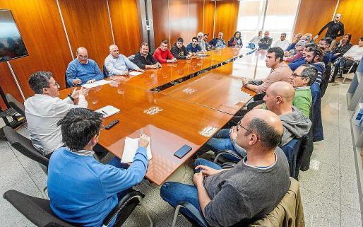 A la izquierda, Roberto Algaba, reunido con representantes de todas las asociaciones de taxistas.