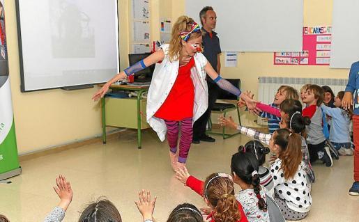 Imagen de archivo de los payasos de Sonrisa Médica en una visita a un colegio de Ibiza