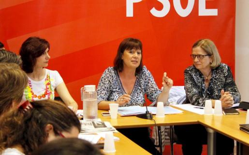 Francina Armengol, en el centro entre Bel Oliver (izda.) y Teresa Riera, durante la jornada de trabajo de la comisión ejecutiva del PSOE.