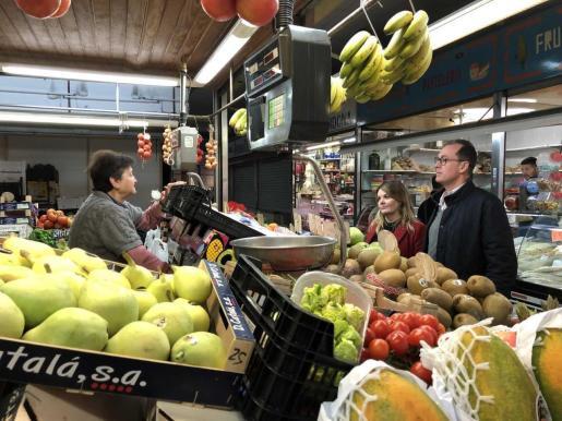 Jacobo Varela y Estefanía Guasch han visitado este miércoles el Mercat Nou