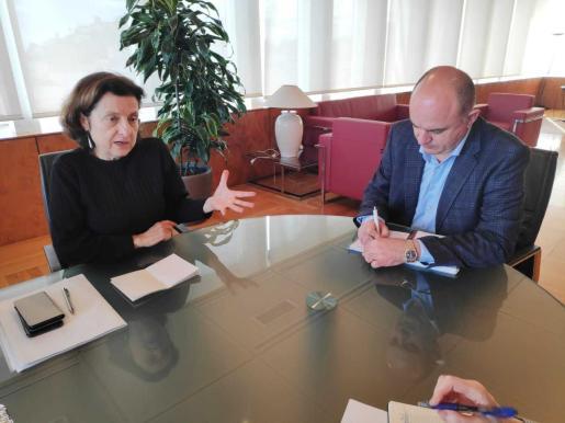 Imagen de la reunión esta mañana entre Santiago y Marí, en el Consell d'Eivissa