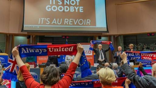 """Miembros del Parlamento europeo sostienen bufandas con el lema """"Siempre unidos"""" - Michael Kappeler/dpa"""