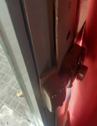 El detenido estaba forzando la puerta del negocio