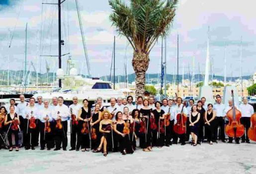Actuación del grupo de cuerda de la Orquestra Simfònica Illes Balears en el Auditori d'Alcúdia.