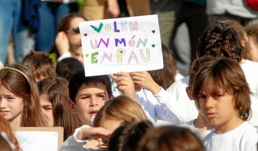 Los alumnos del CEIP Puig d'en Valls participaron un año más en un acto multitudinario en el centro del pueblo.