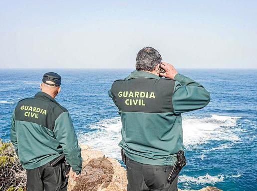 Dos guardias, durante la búsqueda en la costa de Portinatx