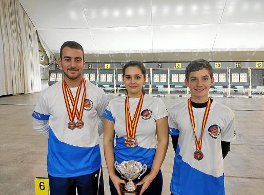Adrià Prats, Natalia García y Toni Roig posan con sus medallas.