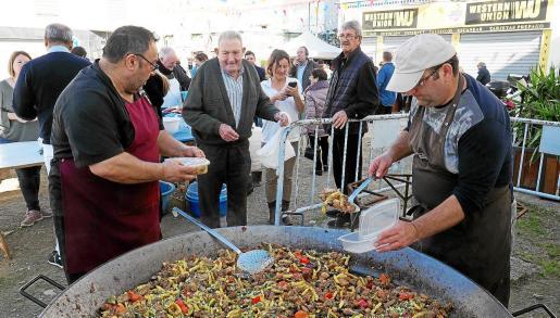 Tras la demostración, cientos de comensales pudieron degustar una frita de matances elaborada con la carne.
