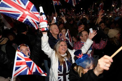 Miles de personas celebran la salida de la UE.