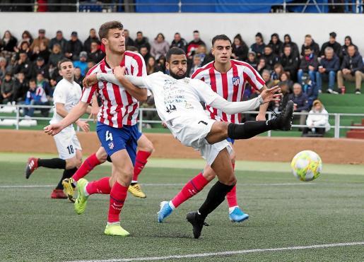 Fran Núñez, en una acción del partido entre la Peña Deportiva y el Atlético de Madrid B.