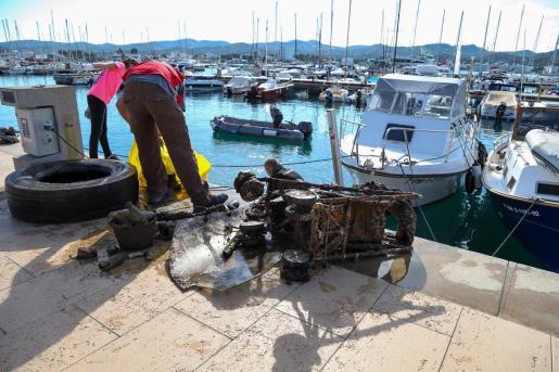 Los voluntarios han sacado todo tipo de basura del mar