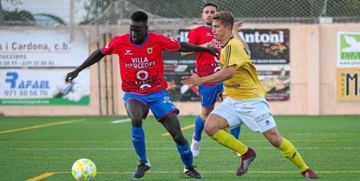 Tafa se lleva el balón ante la presión de Simeone.