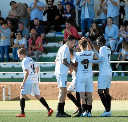 Los jugadores de la Peña Deportiva celebran el segundo gol contra el Getafe B