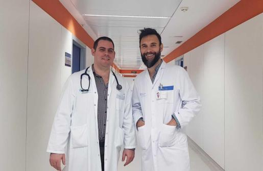 El recién incorporado Dr. Pérez, (izquierda) junto a su compañero de servicio, el Dr. Carlos Rodríguez (derecha)