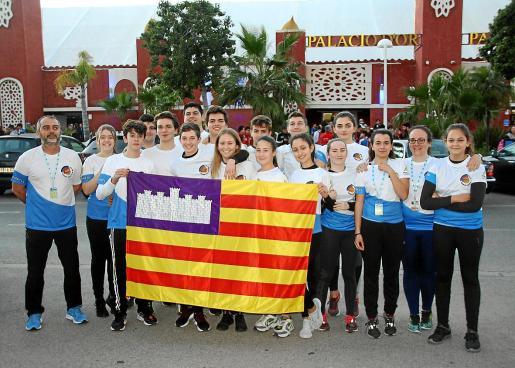 La expedición balear de las categorías más jóvenes posa en Castellón con su bandera.