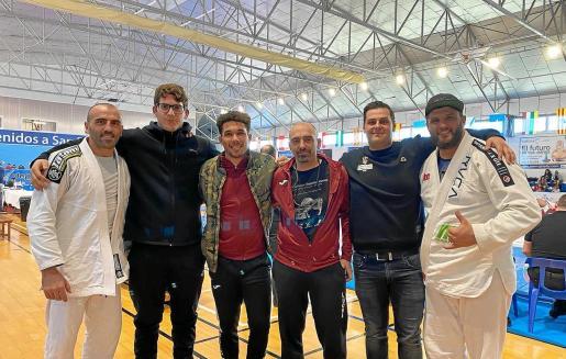 La delegación del Club Pitiús de Lluita participante en el Campeonato de España de lucha grappling gi y no-gi posa en el polideportivo de San Pedro del Pinatar.