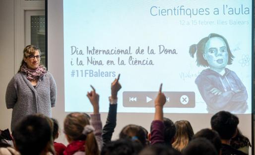 La documentalista María Costa dio la primera charla del programa 'Científicas en el aula'.