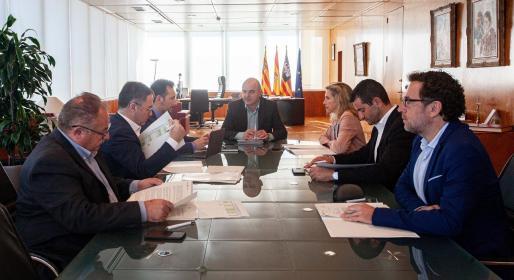 Los cinco alcaldes de la isla y el presidente del Consell, durante la reunión del Consell de Alcaldes a la que asistió el secretario de la institución.