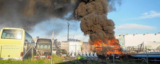 El material inflamable extendió el fuego y generó una densa columna de humo.