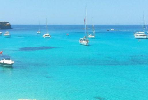 Barcos fondeados en una cala en Formentera