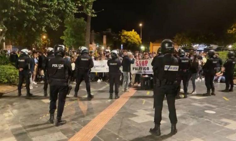 Cargas policiales y graves disturbios en Palma en una gran concentración contra el toque de queda