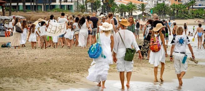 Marcha blanca por Platja d'en Bossa contra las mascarillas y la distancia social
