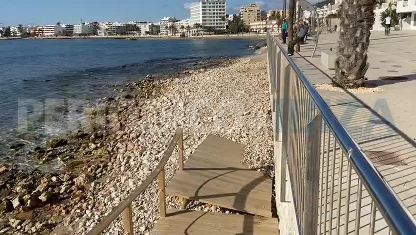 La pasarela de la playa de ses Figueretes sufre desperfectos