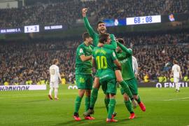 El centrocampista de la Real Sociedad Mikel Merino celebra un gol