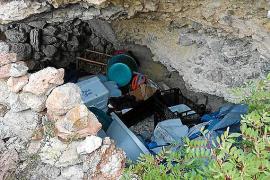 Sant Josep retira media tonelada de residuos de la cueva de sa Sal Rossa