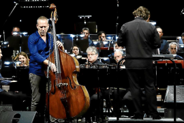 El contrabajista Avishai Cohen y la Simfònica, dirigidos por Pablo Mielgo, durante el concierto.
