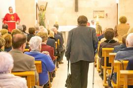 La capilla de Lourdes se queda pequeña para la misa en honor a los mayores