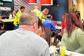 Un guardia civil de Ibiza salva a un hombre que se atragantó en un bar de Murcia
