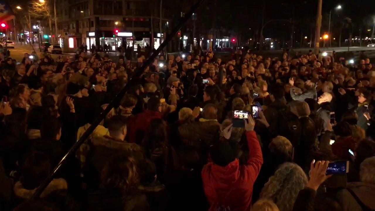 Lluís Llach canta 'L'Estaca' con los independentistas que cortan la Meridiana