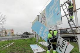 Una empresa retirará 39 vallas publicitarias en la carretera del aeropuerto