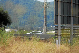 Una empresa retirará 39 vallas en suelo rústico en la carretera del aeropuerto