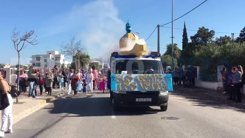 Las rúas de carnaval iluminan las calles de Ibiza
