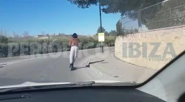 Graban a una mujer circulando en patinete eléctrico sin casco en Ibiza