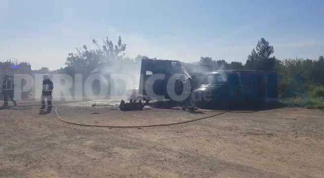 Un virulento incendio arrasa una caravana y una furgoneta en Ibiza