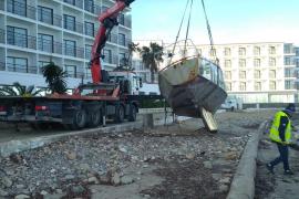 Sant Josep retira una embarcación varada en s'Estanyol desde el verano pasado