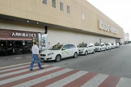 Trifulca nocturna en el aeropuerto de Eivissa entre taxistas legales e 'ilegales'