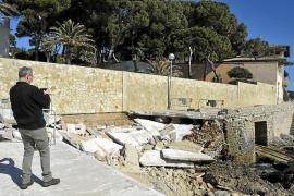 Un turista hace una foto de los daños en el paseo de Cala Gat