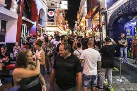 Sant Antoni hace una campaña para informar sobre la ley contra el turismo de excesos