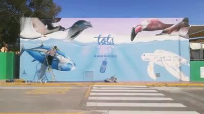 Un mural en Sant Josep que busca concienciar sobre el aumento de los plásticos en los mares