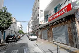Cincuenta pasos separan la zona anti alcohol de las otras bodegas de Sant Antoni