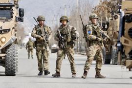 Soldados británicos hacen guardia en el lugar donde hombres armados realizaron el tiroteo