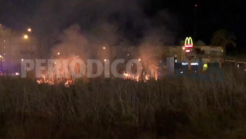 Sobresalto por un incendio junto al campo de fútbol de Can Cantó