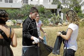 Los alumnos del Xarc limpian ses Estaques en el Día del Medio Ambiente