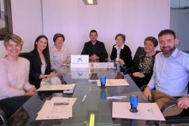 Sant Antoni y la Caixa firman un convenio para el desarrollo de actividades para gente mayor